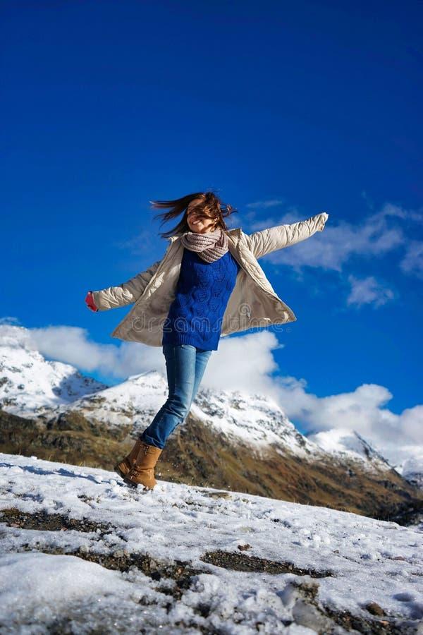 Γυναίκα σε ένα βουνό στοκ φωτογραφίες