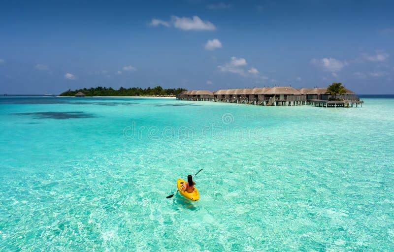 Γυναίκα σε ένα κανό στις Μαλδίβες στοκ φωτογραφίες