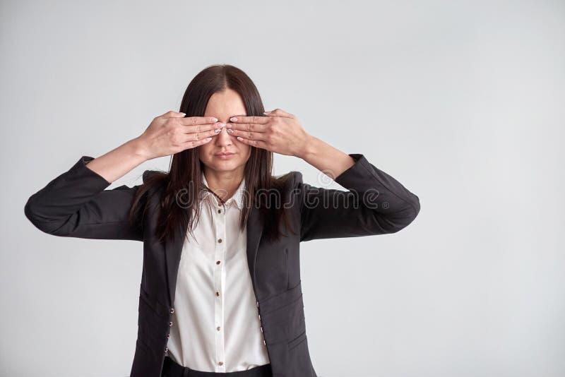 Γυναίκα σε ένα κοστούμι, που εμποδίζει τα μάτια της, έννοια επιχειρησιακής συμμόρφωσης στοκ φωτογραφία με δικαίωμα ελεύθερης χρήσης