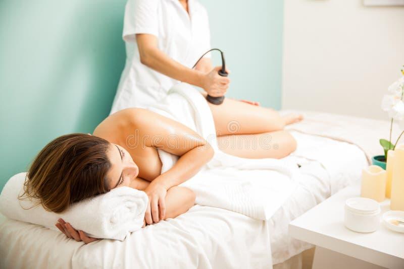Γυναίκα σε μια αντι -αντι-cellulite σύνοδο στοκ εικόνα