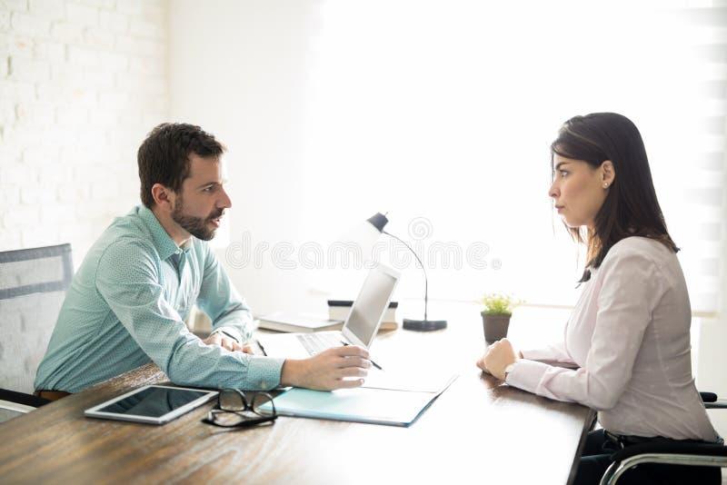 Γυναίκα σε μια επιχειρησιακή συνέντευξη στοκ εικόνες