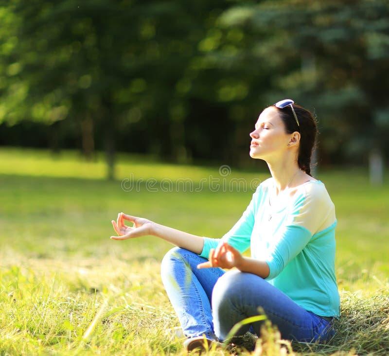 Γυναίκα σε μια θέση λωτού στοκ φωτογραφία