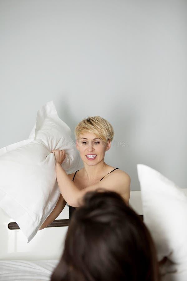 Γυναίκα σε μια πάλη μαξιλαριών στοκ φωτογραφία με δικαίωμα ελεύθερης χρήσης