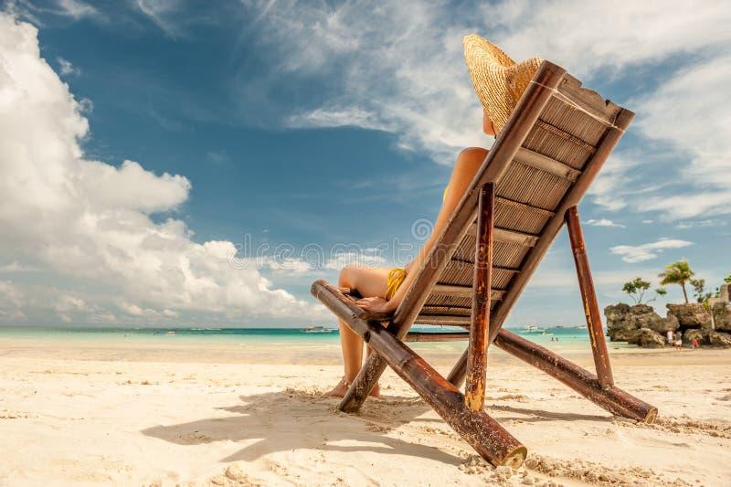 Γυναίκα σε μια τροπική παραλία με το καπέλο στοκ φωτογραφίες με δικαίωμα ελεύθερης χρήσης