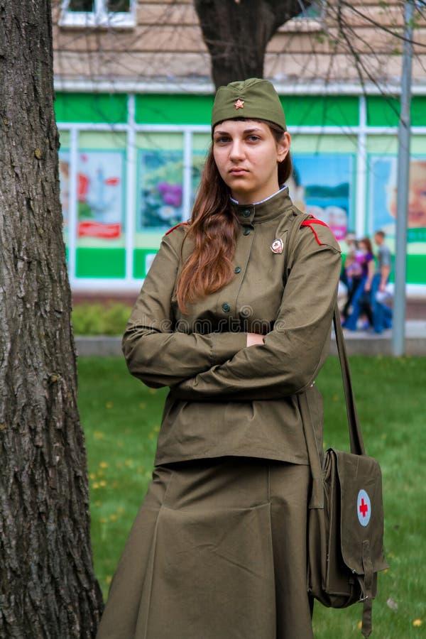Γυναίκα σε ομοιόμορφο του Δεύτερου Παγκόσμιου Πολέμου στον εορτασμό ημέρας νίκης στο Βόλγκογκραντ στοκ εικόνα