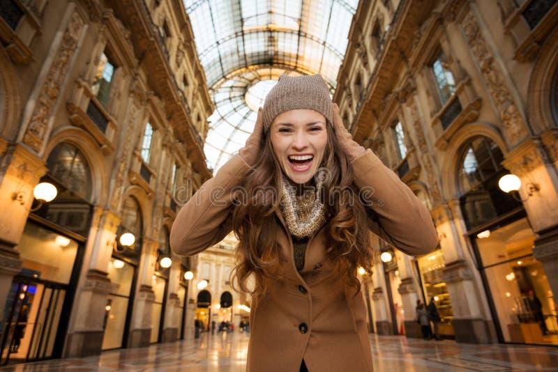 Γυναίκα σε Galleria Vittorio Emanuele ΙΙ έναρξη των πωλήσεων στοκ εικόνες
