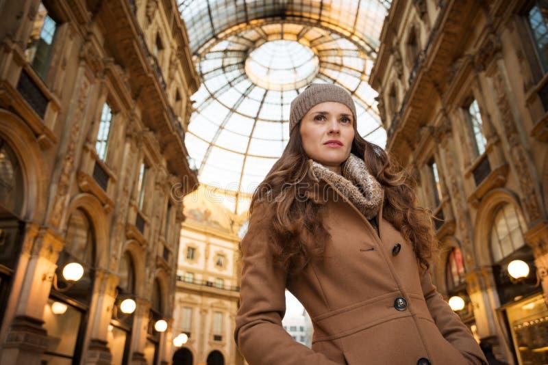 Γυναίκα σε Galleria Vittorio Emanuele ΙΙ που εξετάζει την απόσταση στοκ εικόνες