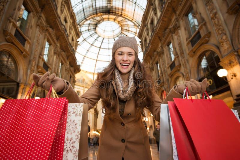 Γυναίκα σε Galleria Vittorio Emanuele ΙΙ που παρουσιάζει τσάντες αγορών στοκ εικόνα