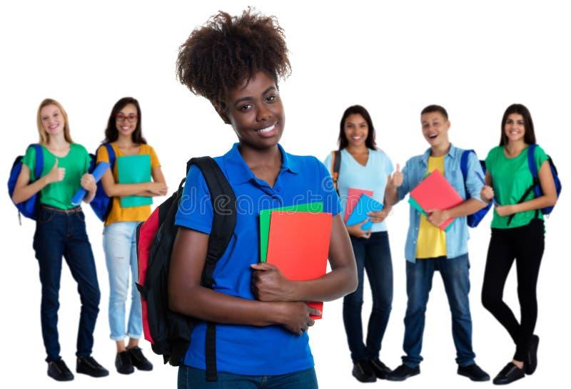 Γυναίκα σπουδαστής αφροαμερικάνων με την ομάδα σπουδαστών στοκ εικόνες με δικαίωμα ελεύθερης χρήσης