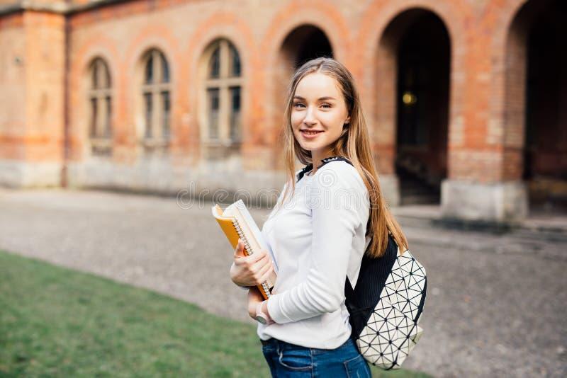 γυναίκα σπουδαστής κολλεγίων Ευτυχές κορίτσι στο ευρωπαϊκό πανεπιστήμιο για την υποτροφία στοκ φωτογραφία