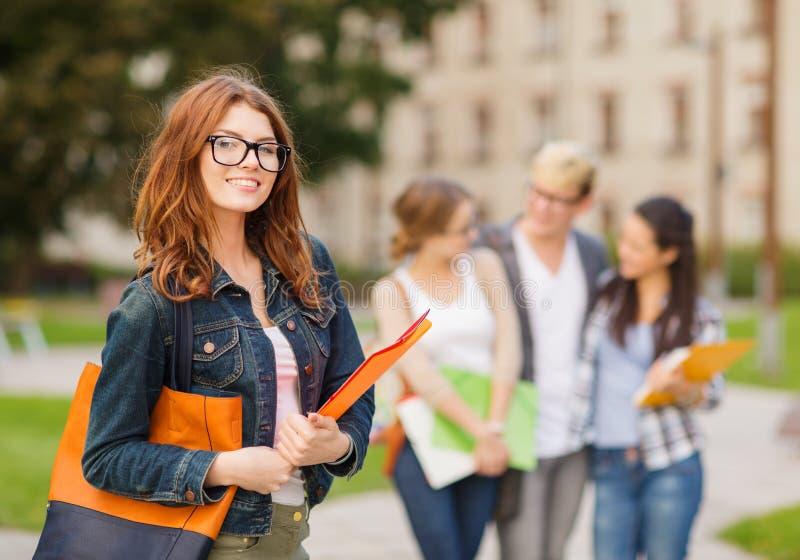 Γυναίκα σπουδαστής στα eyglasses με τους φακέλλους στοκ εικόνες