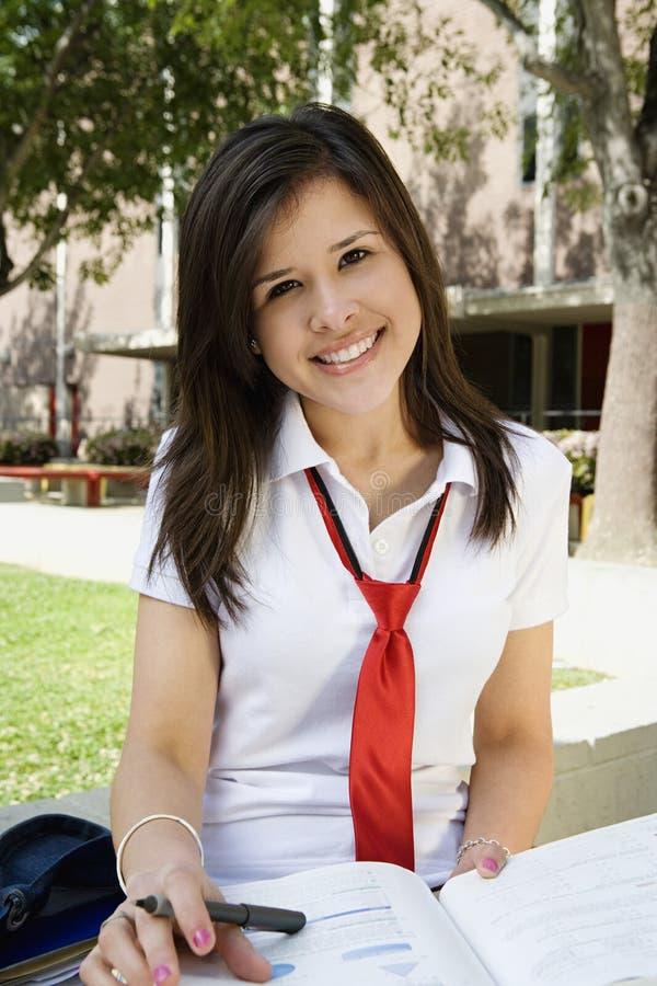 Γυναίκα σπουδαστής στην ομοιόμορφη μελέτη στοκ φωτογραφίες με δικαίωμα ελεύθερης χρήσης