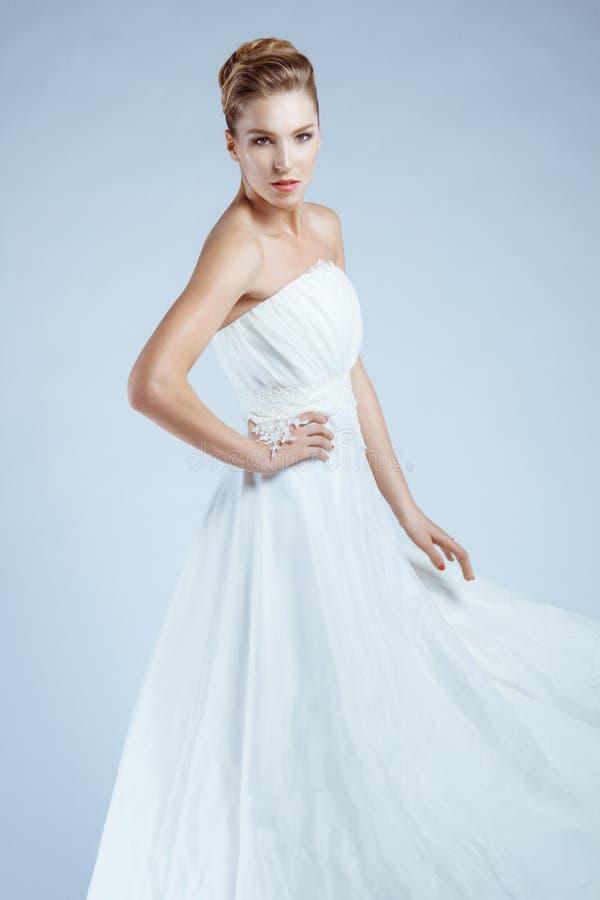 Γυναίκα στα άσπρα ρέοντας φορέματα στοκ φωτογραφία
