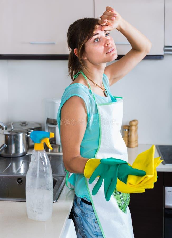 Γυναίκα στα λαστιχένια γάντια στην κουζίνα στοκ εικόνες