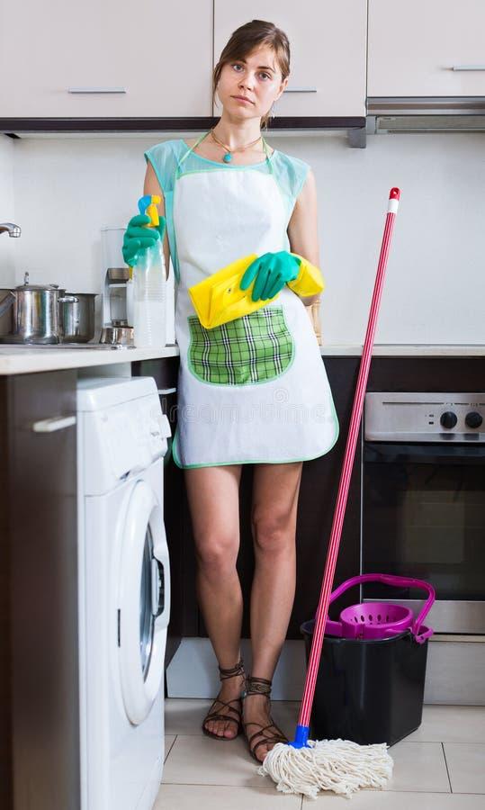 Γυναίκα στα λαστιχένια γάντια στην κουζίνα στοκ φωτογραφία με δικαίωμα ελεύθερης χρήσης
