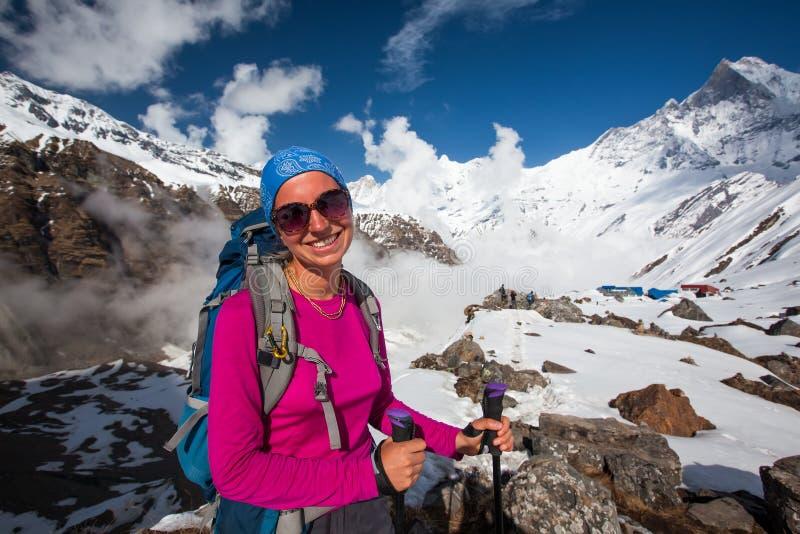 Γυναίκα στα βουνά στον τρόπο στο στρατόπεδο βάσεων Annapurna, Νεπάλ στοκ φωτογραφία με δικαίωμα ελεύθερης χρήσης
