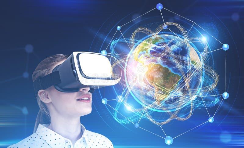 Γυναίκα στα γυαλιά vr που εξετάζει τη γη ως άτομο απεικόνιση αποθεμάτων