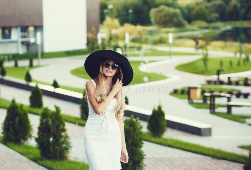 Γυναίκα στα γυαλιά ηλίου και το καπέλο στοκ εικόνα με δικαίωμα ελεύθερης χρήσης