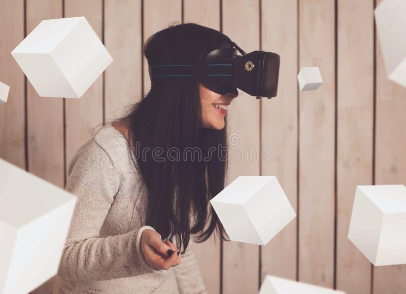 Γυναίκα στα γυαλιά VR στοκ φωτογραφίες