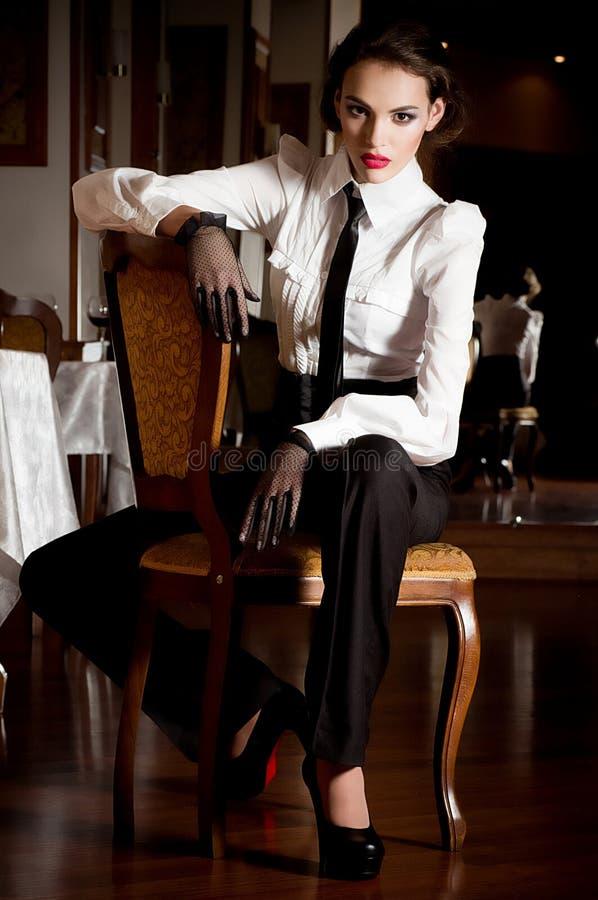 Γυναίκα στα ενδύματα μόδας στοκ φωτογραφίες με δικαίωμα ελεύθερης χρήσης