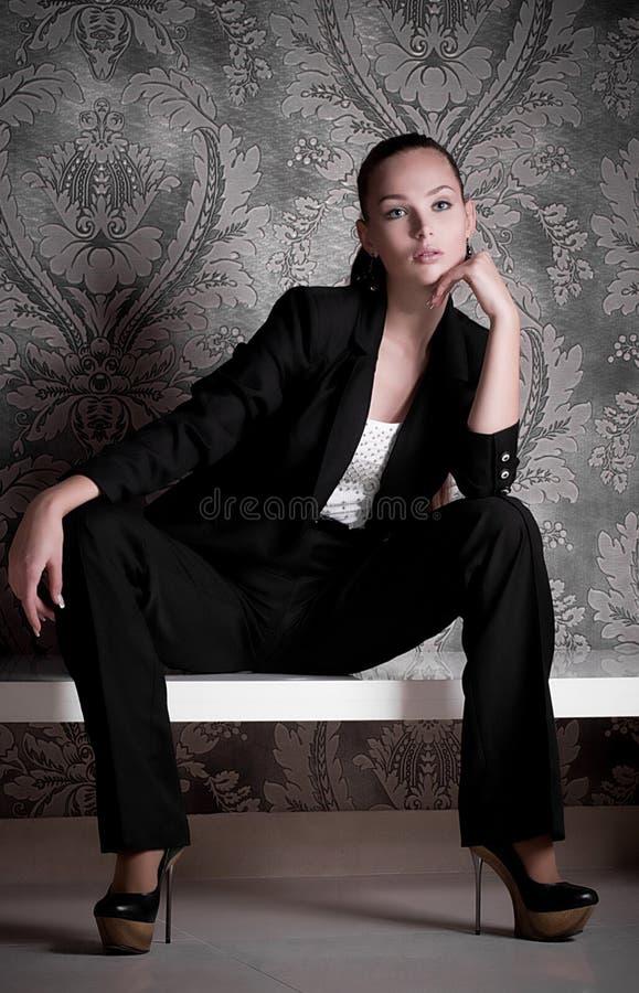 Γυναίκα στα ενδύματα μόδας στοκ φωτογραφία με δικαίωμα ελεύθερης χρήσης