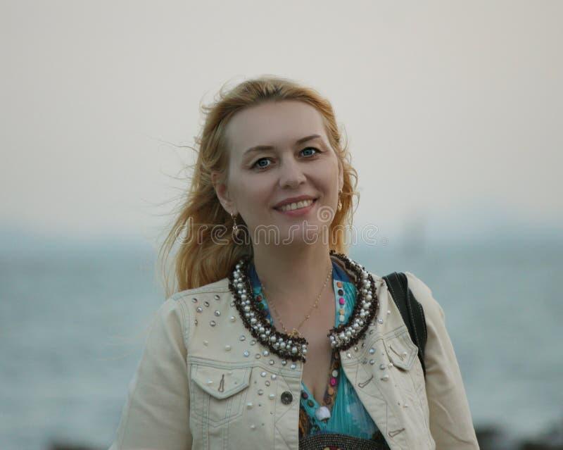 Γυναίκα στα θαλάσσια ταξίδια στοκ εικόνες με δικαίωμα ελεύθερης χρήσης