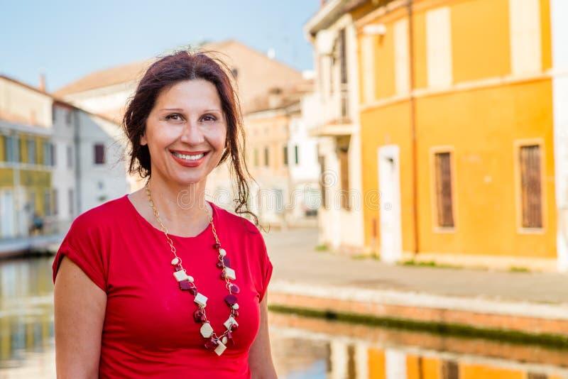 Γυναίκα στα κανάλια του αρχαίου χωριού στοκ φωτογραφία