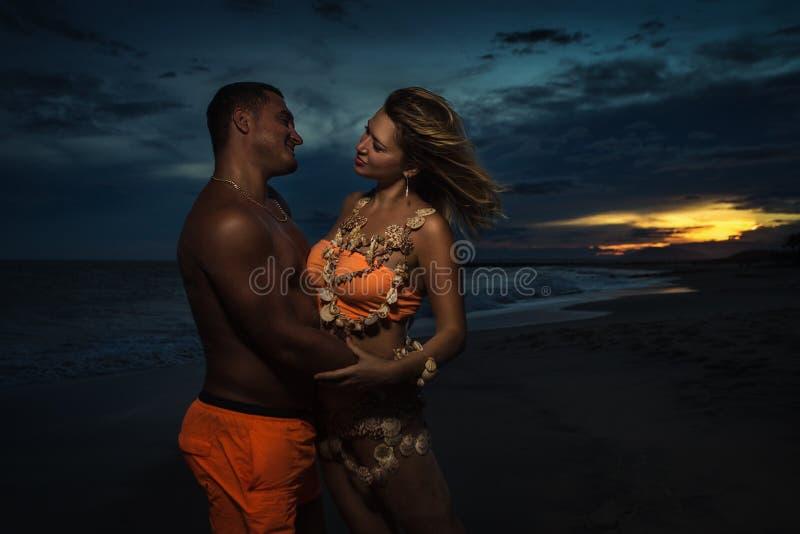 Γυναίκα στα κοχύλια με τον άνδρα της στοκ εικόνες με δικαίωμα ελεύθερης χρήσης