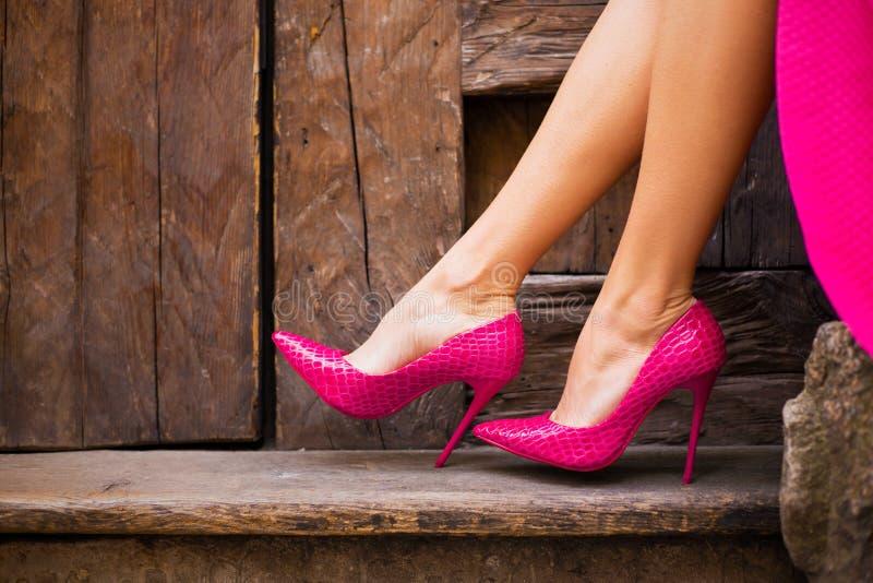 Γυναίκα στα ρόδινα υψηλά παπούτσια τακουνιών στοκ εικόνα με δικαίωμα ελεύθερης χρήσης