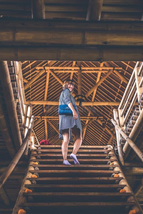 Γυναίκα στα σκαλοπάτια μπαμπού Ξενοδοχείο eco μπαμπού στοκ φωτογραφίες με δικαίωμα ελεύθερης χρήσης