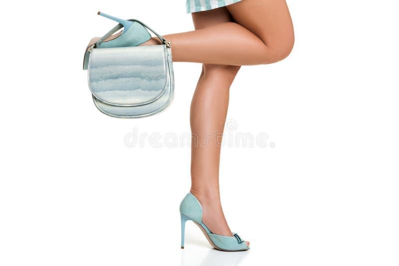 Γυναίκα στα υψηλά παπούτσια τακουνιών με την μπλε τσάντα στοκ φωτογραφία με δικαίωμα ελεύθερης χρήσης