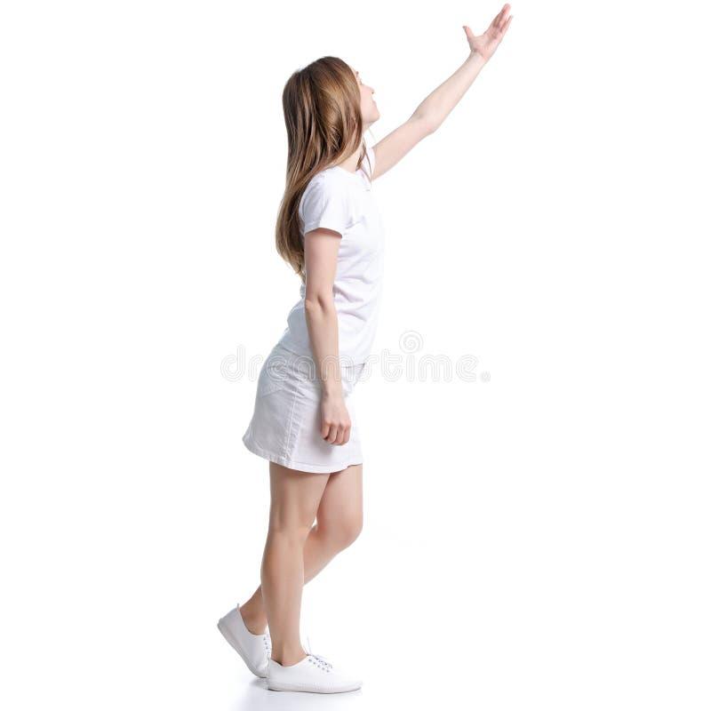 Γυναίκα στην άσπρες μπλούζα και τη φούστα που στέκονται παρουσιάζοντας υπόδειξη στοκ εικόνες