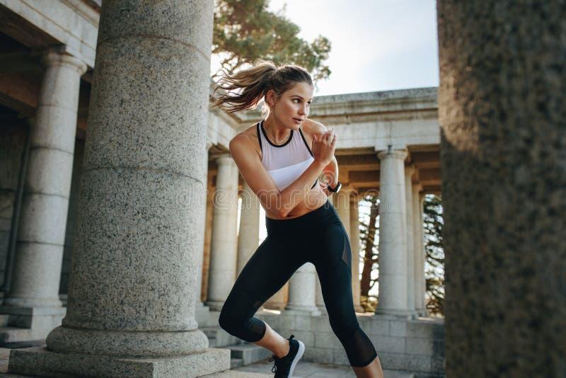 Γυναίκα στην ένδυση ικανότητας που κάνει workout υπαίθρια στοκ εικόνα με δικαίωμα ελεύθερης χρήσης