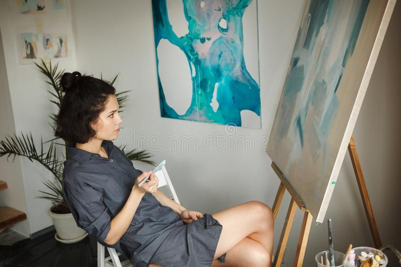 Γυναίκα στην έννοια του επαγγέλματος πνευματικών υγειών θεραπείας τεχνών στοκ φωτογραφία με δικαίωμα ελεύθερης χρήσης