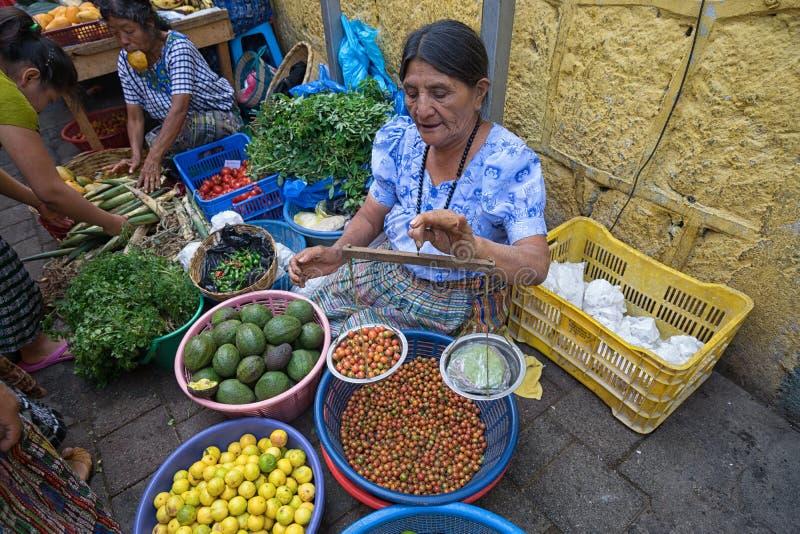 Γυναίκα στην αγορά με την κλίμακα λαβών στοκ φωτογραφίες
