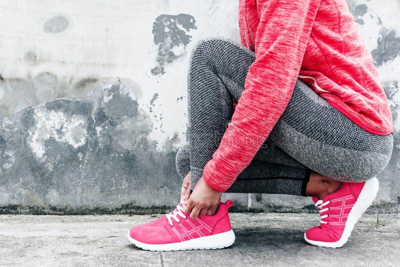 Γυναίκα στην αθλητικά ενδυμασία και τα παπούτσια στοκ φωτογραφία