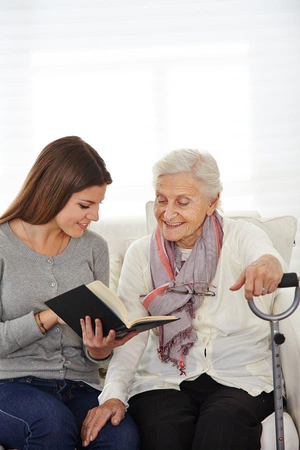 Γυναίκα στην ανάγνωση κοινωνικής υπηρεσίας στοκ φωτογραφία με δικαίωμα ελεύθερης χρήσης