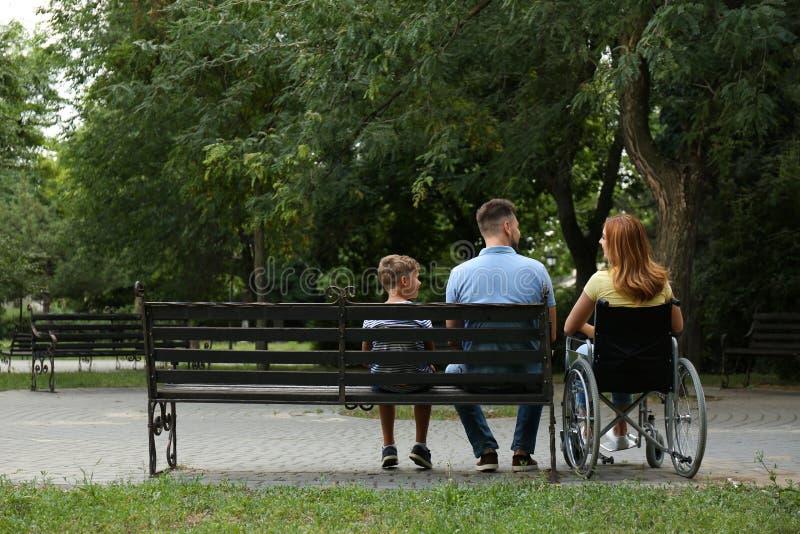 Γυναίκα στην αναπηρική καρέκλα με την οικογένειά της στοκ φωτογραφία