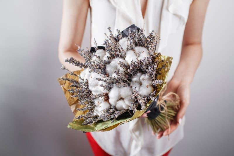 Γυναίκα στην εκλεκτής ποιότητας δέσμη εκμετάλλευσης φορεμάτων lavender του βαμβακιού στα χέρια της στοκ φωτογραφία με δικαίωμα ελεύθερης χρήσης