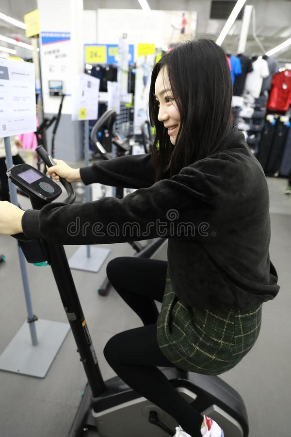 Γυναίκα στην εσωτερική ανακύκλωση bycicle στη γυμναστική Ανταγωνισμός, καυκάσιος στοκ εικόνα