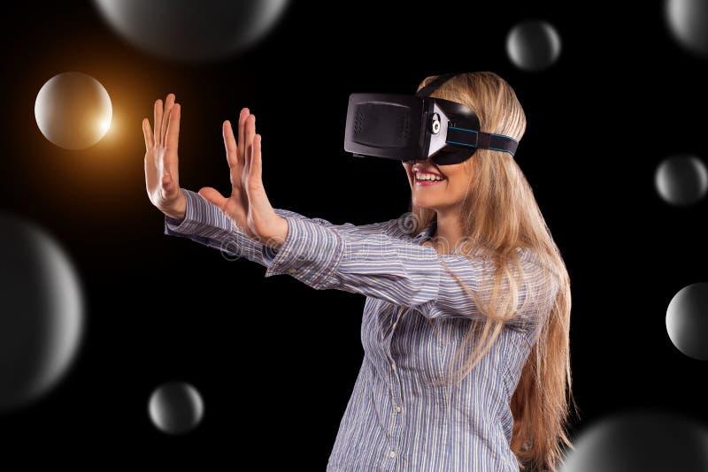Γυναίκα στην κάσκα εικονικής πραγματικότητας στοκ φωτογραφία