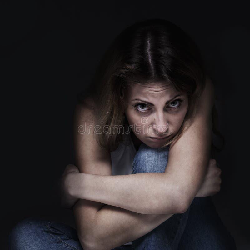 Γυναίκα στην κατάθλιψη μόνο με τις δυσκολίες προβλημάτων, psycholo στοκ εικόνες με δικαίωμα ελεύθερης χρήσης