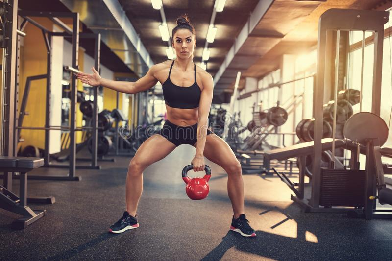Γυναίκα στην κατάρτιση στη γυμναστική στοκ φωτογραφία με δικαίωμα ελεύθερης χρήσης