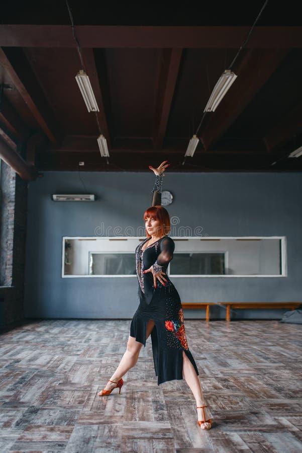 Γυναίκα στην κατάρτιση χορού ballrom στην κατηγορία στοκ εικόνες