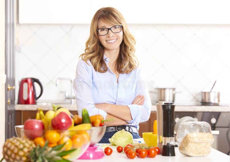 Γυναίκα στην κουζίνα στοκ εικόνες