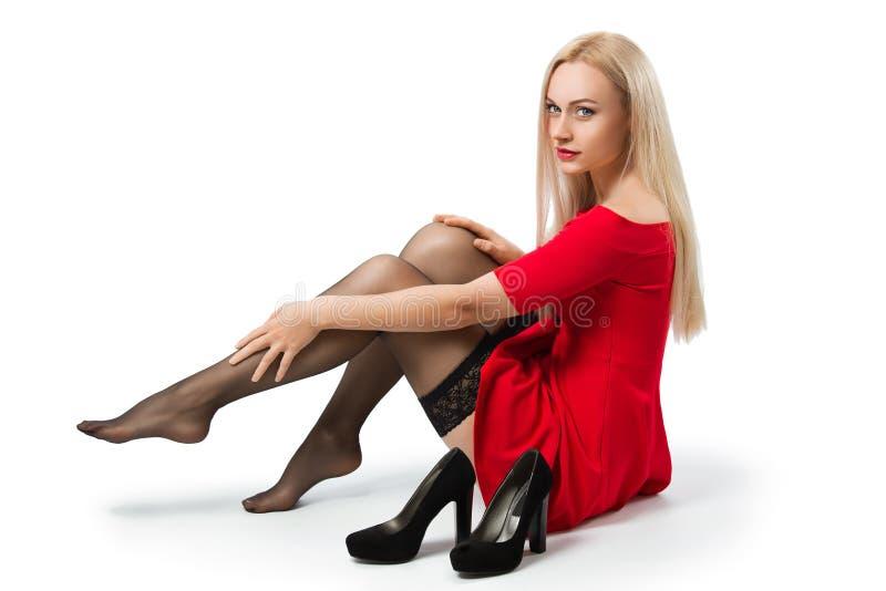 Γυναίκα στην κόκκινη απογείωση φορεμάτων τα παπούτσια της στοκ φωτογραφία με δικαίωμα ελεύθερης χρήσης