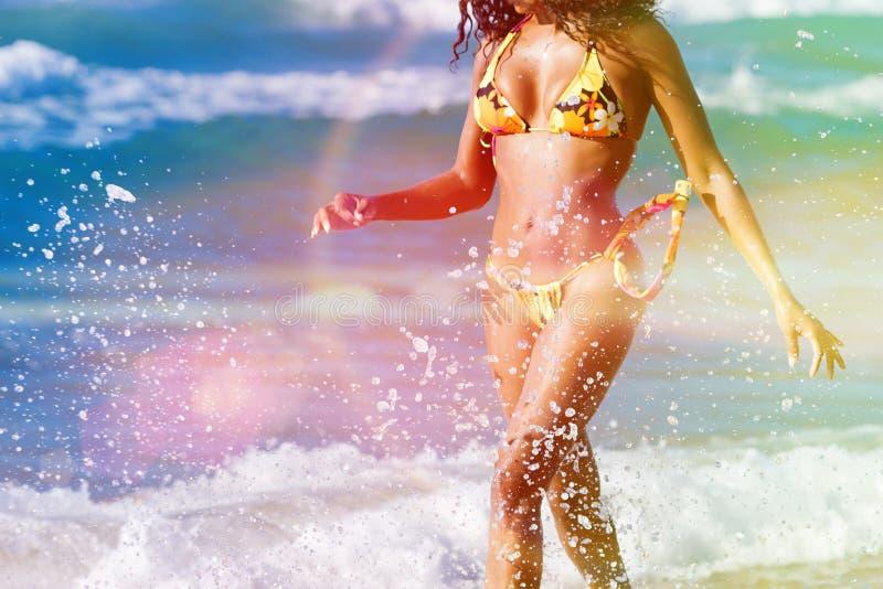 Γυναίκα στην παραλία στις θερινές διακοπές στοκ εικόνα