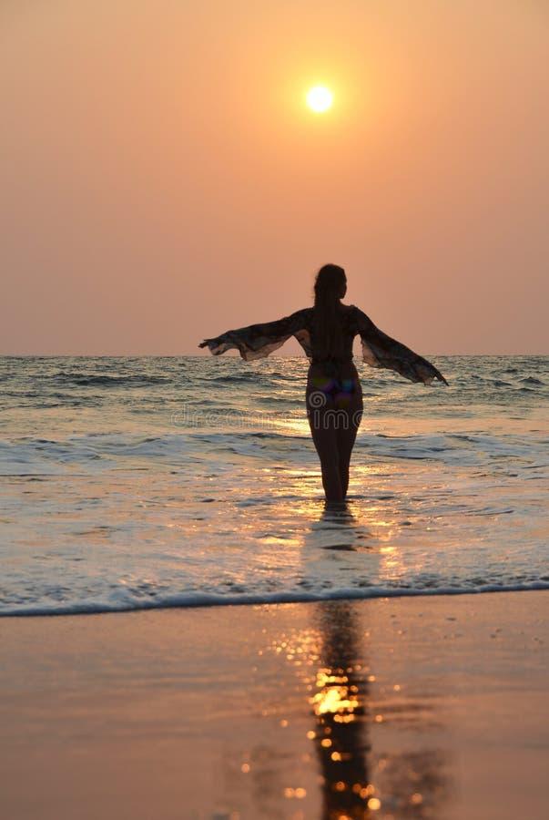 Γυναίκα στην παραλία στοκ φωτογραφίες με δικαίωμα ελεύθερης χρήσης