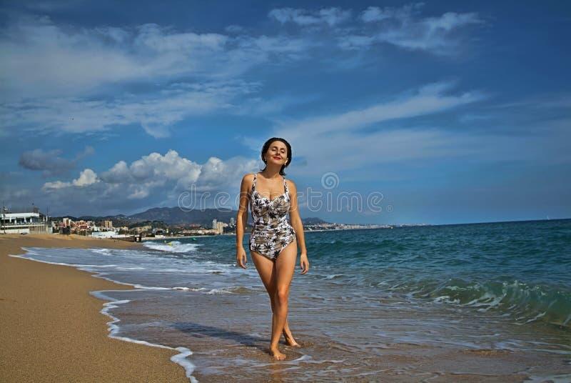Γυναίκα στην παραλία στοκ φωτογραφίες