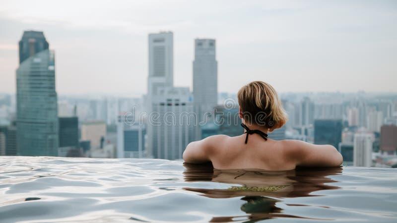 Γυναίκα στην πισίνα απείρου στοκ φωτογραφία